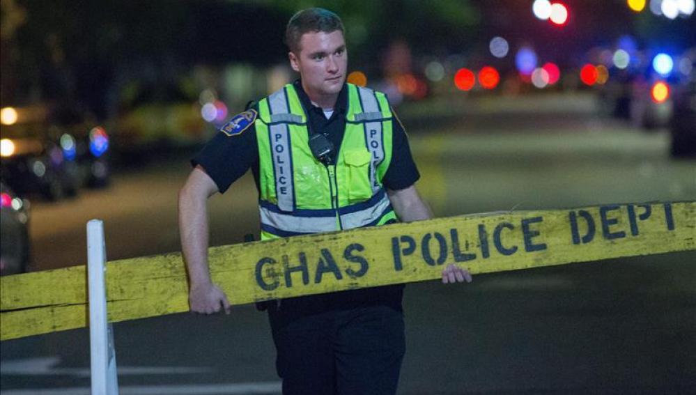Un policía cierra una calle cerca del lugar donde se presentó un tiroteo en Charleston