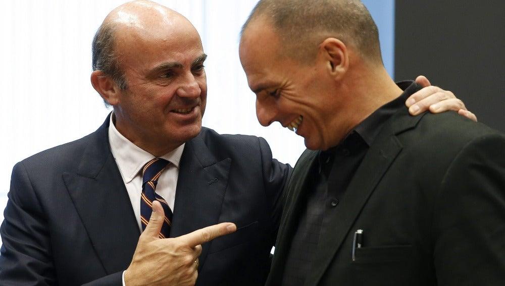 Luis de Guindos junto al ministro de Finanzas griego, Yanis Varufakis