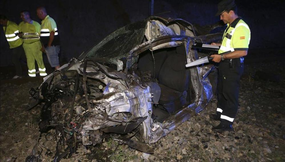 El coche, destrozado tras la colisión con el tren