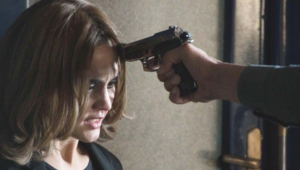 Apuntan a María con una pistola
