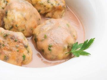 Albóndigas de acelga y pollo con salsa de pera y cebolleta