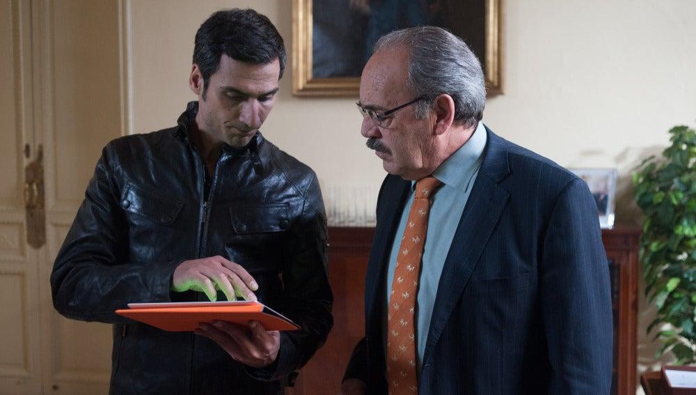 Enrique y Álex miran una tableta