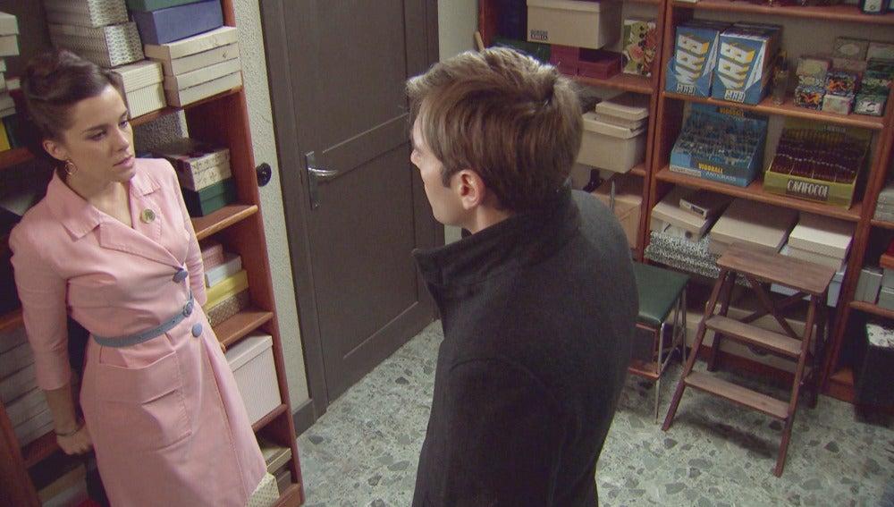 Juan sale de la cárcel y presiona a Clara