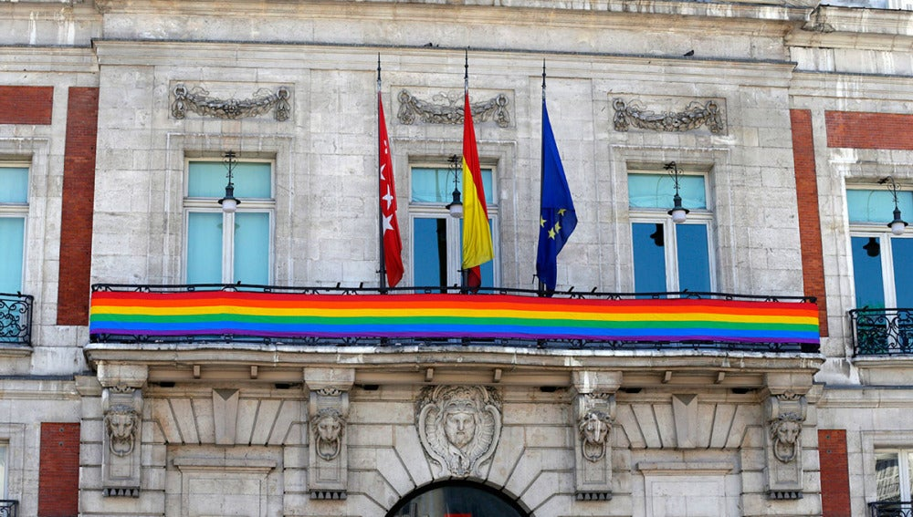 La bandera del arcoíris, en la Puerta del Sol