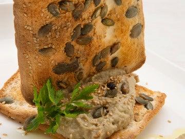 Hummus de Berenjena con pan de semillas