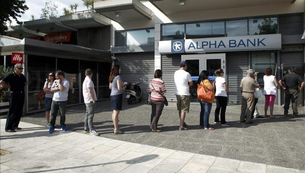Colas en los bancos griegos durante el fin de semana.