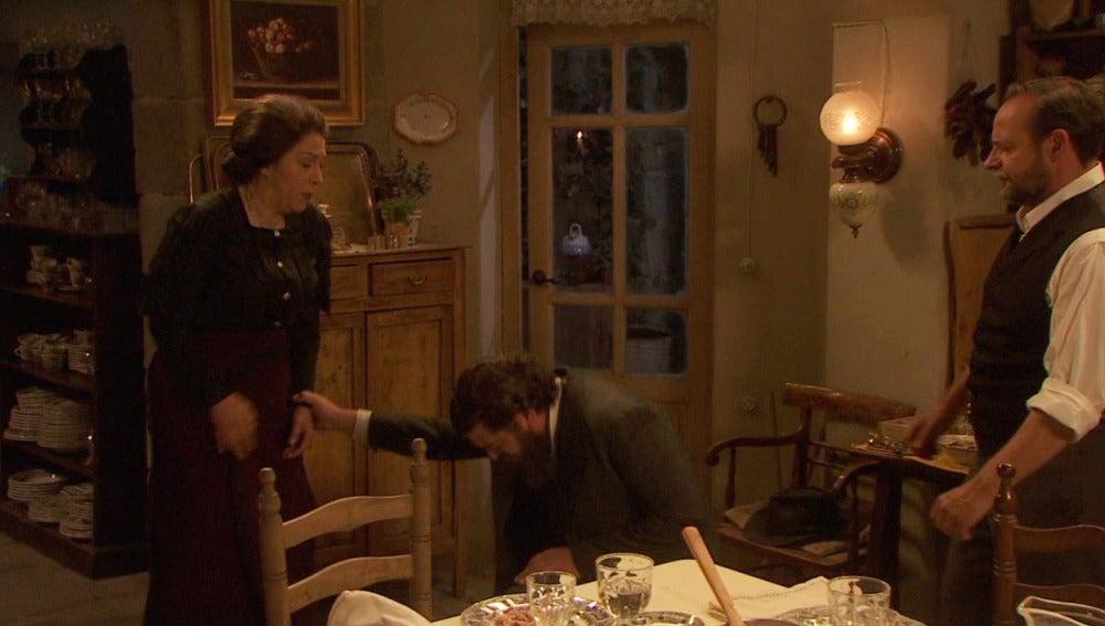 Mauricio suplica a Francisca que le deje trabajar para ella