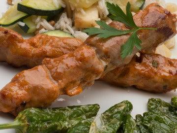 Pinchos de cerdo con arroz