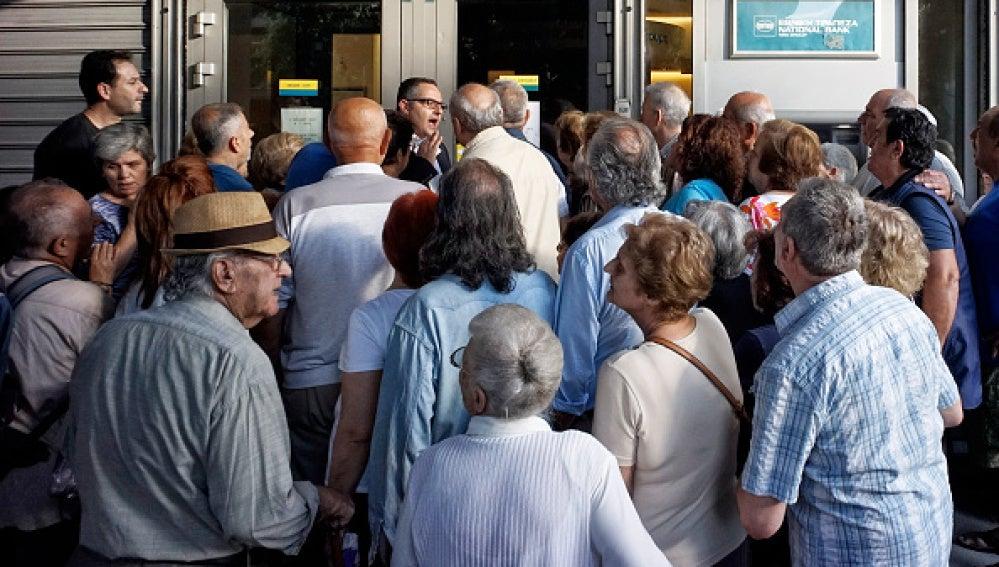 Miles de jubilados hacen cola para cobrar la pensión