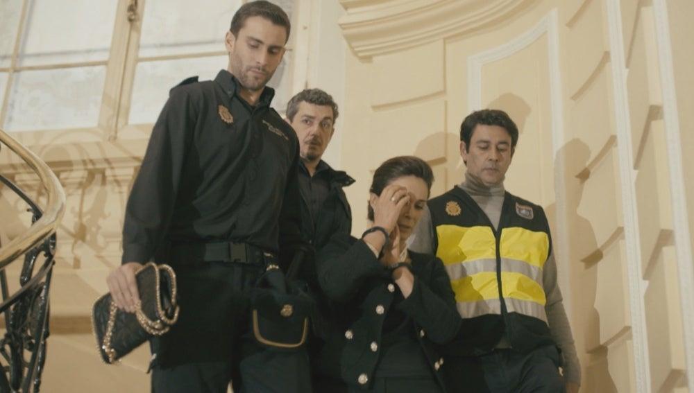 Luisa es detenida por la policía