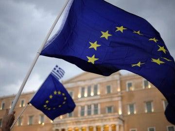 Ondea una bandera de la UE en Grecia
