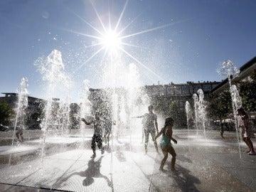 Jóvenes bañándose para soportar la ola de calor