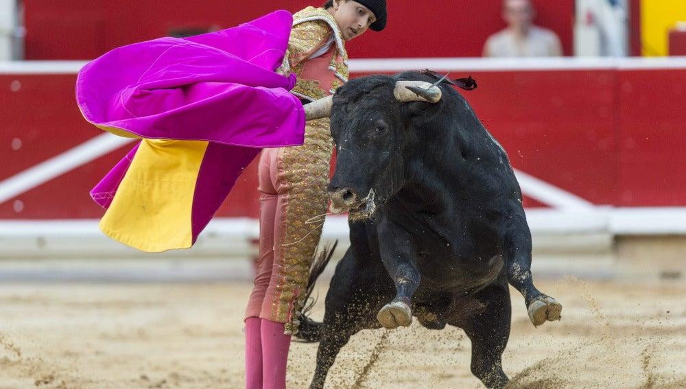 Roca Rey en una arriesgada 'gaonera' en la novillada de Pamplona