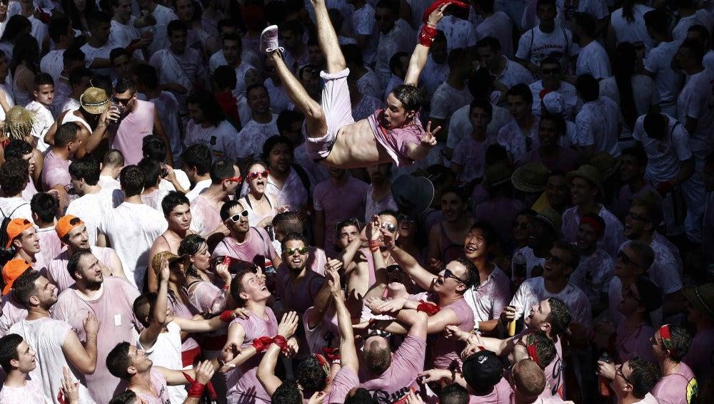 Un joven lanzado al aire en las fiestas de San Fermín