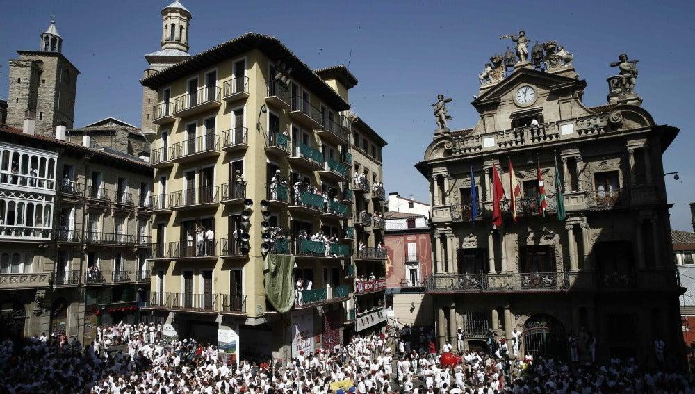 Colocación de la Ikurriña en el balcón del Ayuntamiento de Pamplona antes del inicio de las fiesta