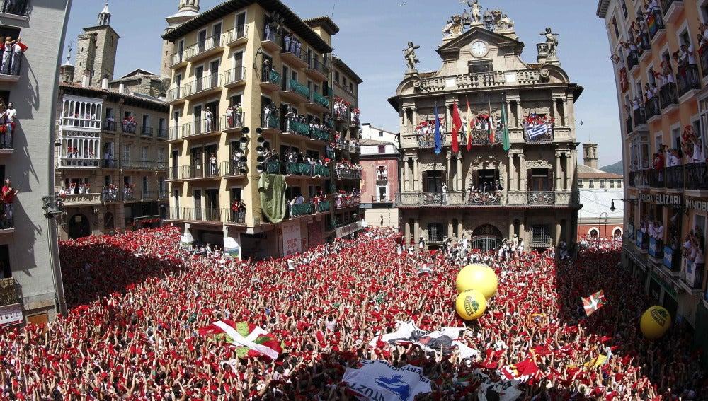 Miles de personas festejan con sus pañuelos alzados el inicio de las fiestas de San Fermín