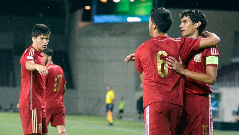 Jesús Vallejo (izquierda) celebra un gol con Mikel Merino