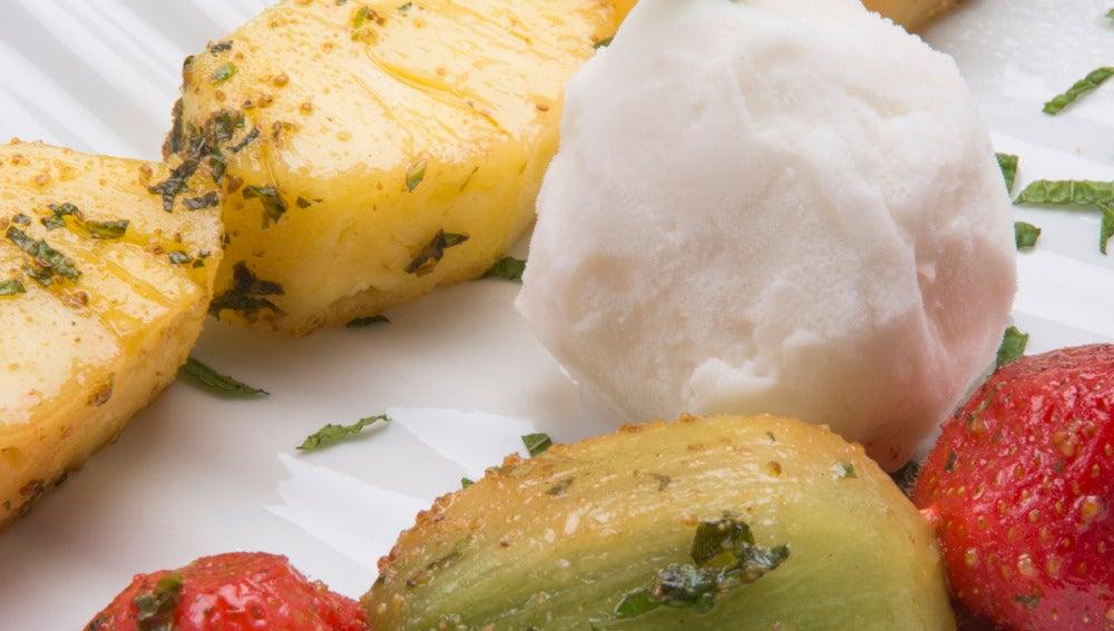 Brochetas de frutas con helado