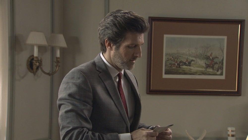 Dante descubre que Víctor sabe algo sobre su pasado