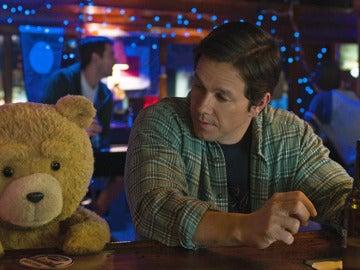 Mark Wahlberg se toma una cerveza junto a su mejor amigo