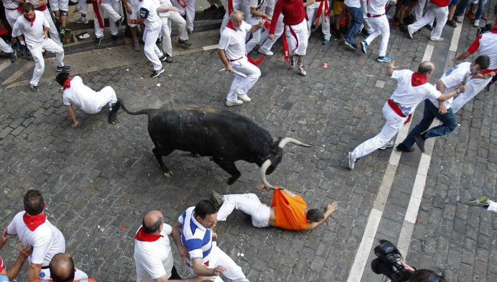 Mozo alcanzado por uno de los toros a la entrada de la Plaza Consistorial
