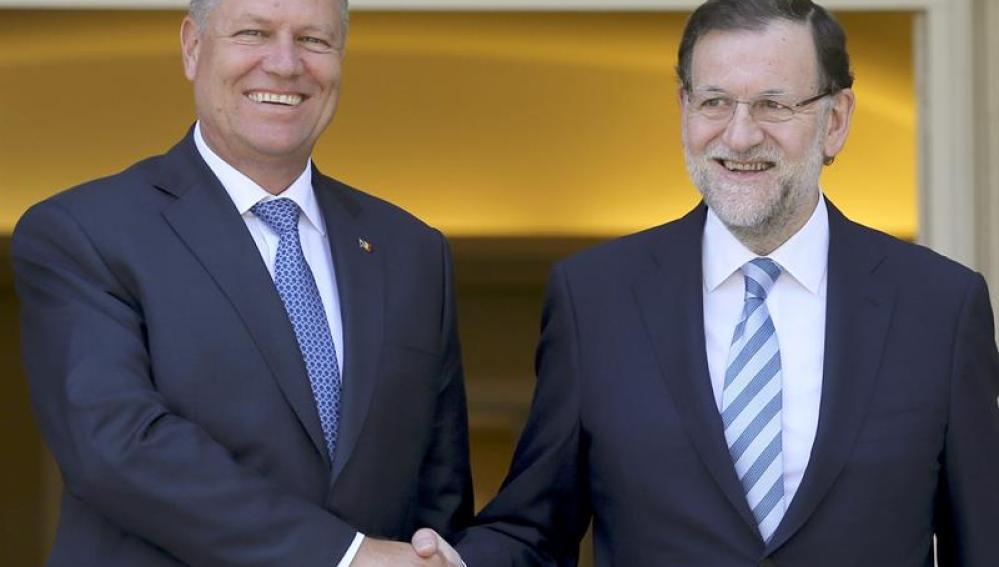 El presidente del Gobierno, Mariano Rajoy, junto al presidente de Rumanía, Klaus Werner Iohannis