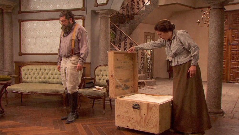 Francisca recibe un regalo de Severo
