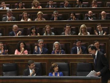 La bancada del PP en el Congreso aplaude a Rajoy