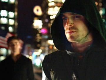 """Oliver Queen calma los miedos de Barry:""""Ese rayo te escogió"""""""