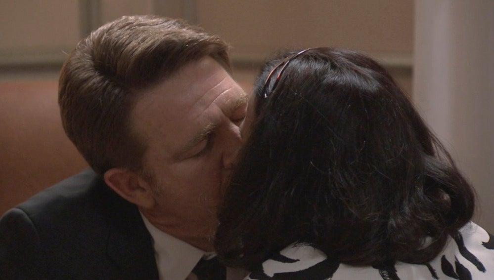Laura se besa con Víctor