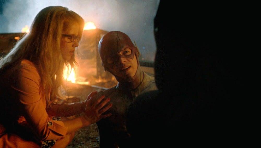 Cisco, Felicity y Cameron le salvan la vida a The Flash