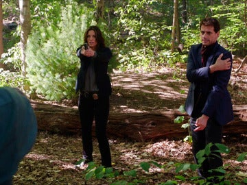 Henry herido junto a la detective Jo
