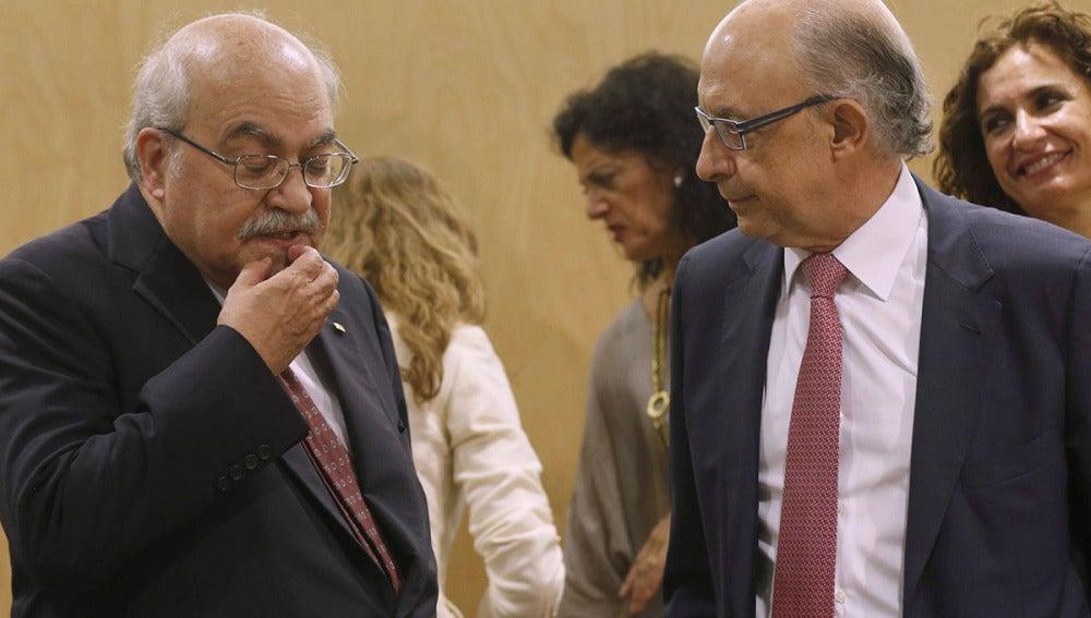 Cristóbal Montoro habla con el consejero de Hacienda de Cataluña, Andreu Mas-Colell