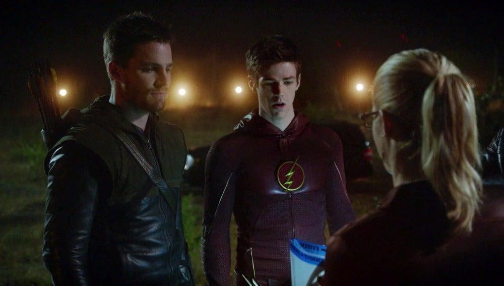 Oliver, Felicity y Diggle aparecen en Central City