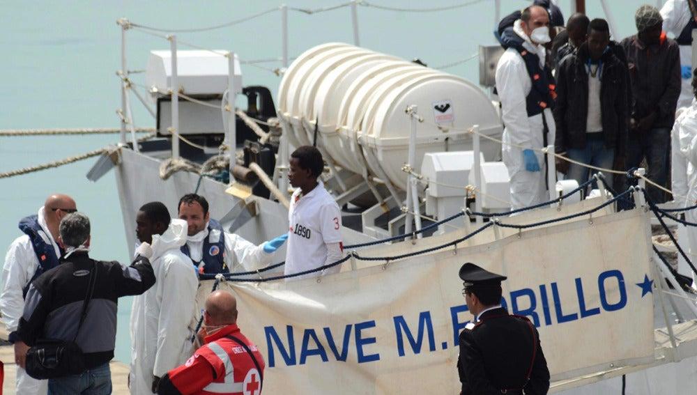 Un grupo de inmigrantes rescatados en el estrecho de Sicilia