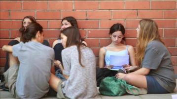 Grupo de jóvenes sentados