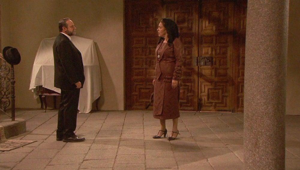 Raimundo prohíbe a Francisca acudir al funeral de Inés