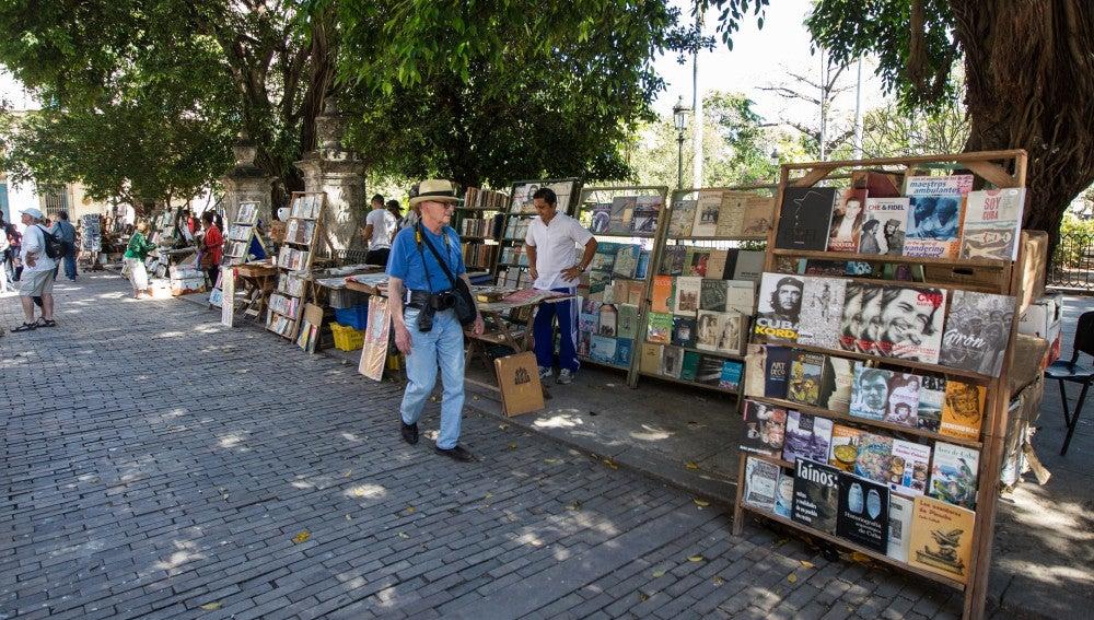 Un turista pasea por las calles de La Habana