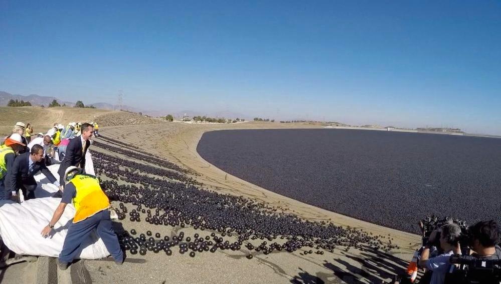 Lanzan bolas de plástico en los pantanos de los Ángeles para frenar la sequía