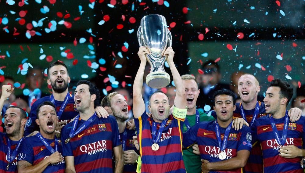 Iniesta alza la Supercopa de Europa