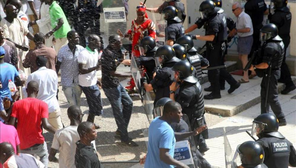 Protestas en Salou por la muerte del mantero senegalés
