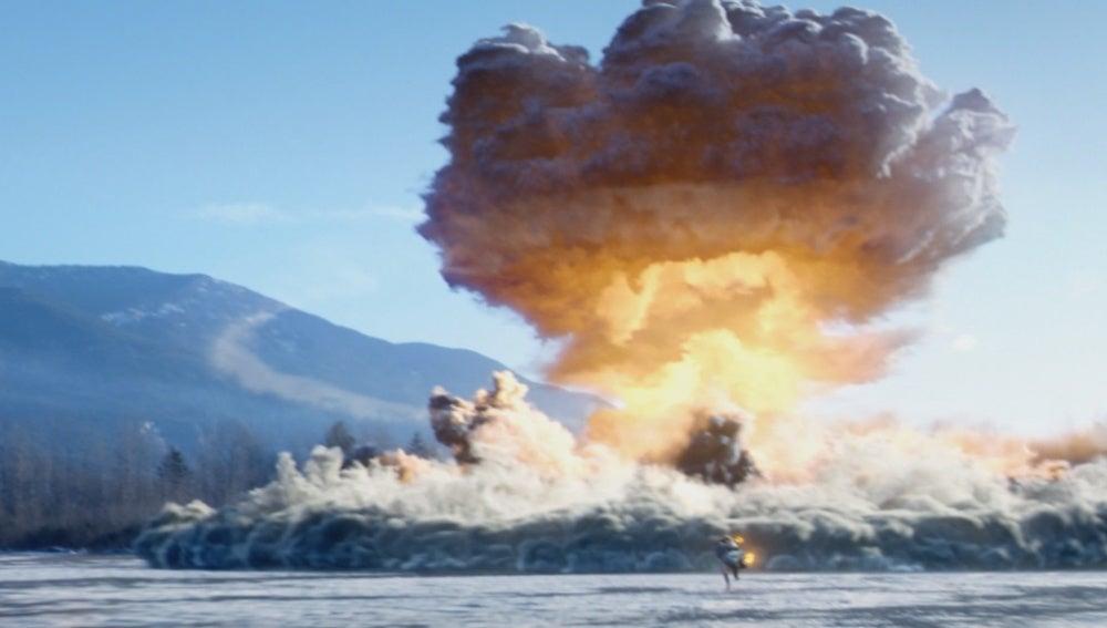 El Hombre Antorcha provocando una explosión nuclear