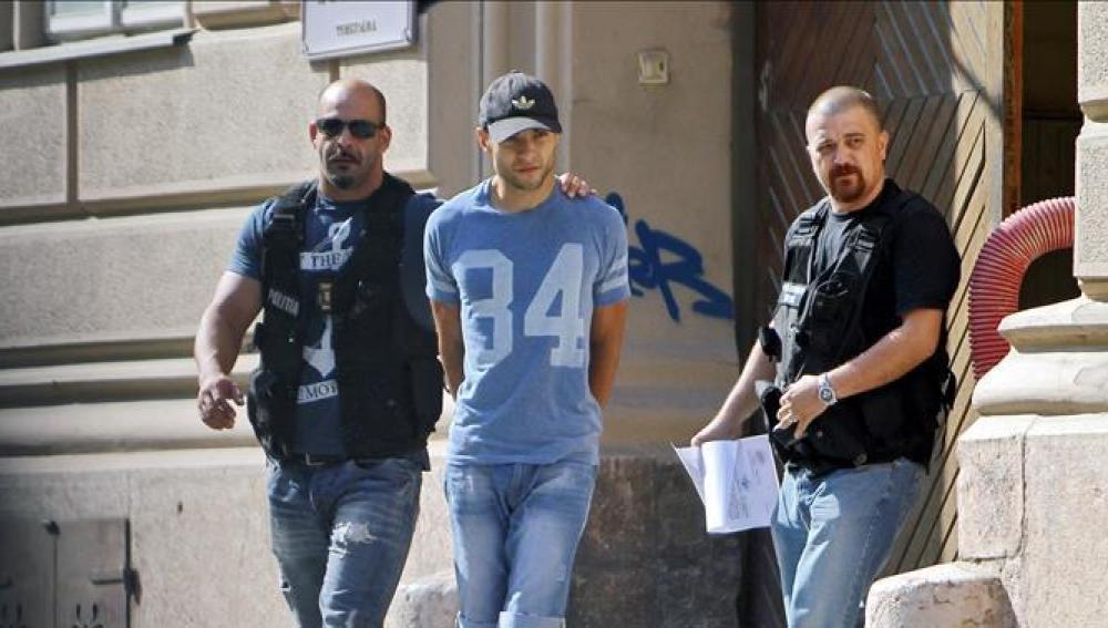 Sergio Morate con dos policías rumanos