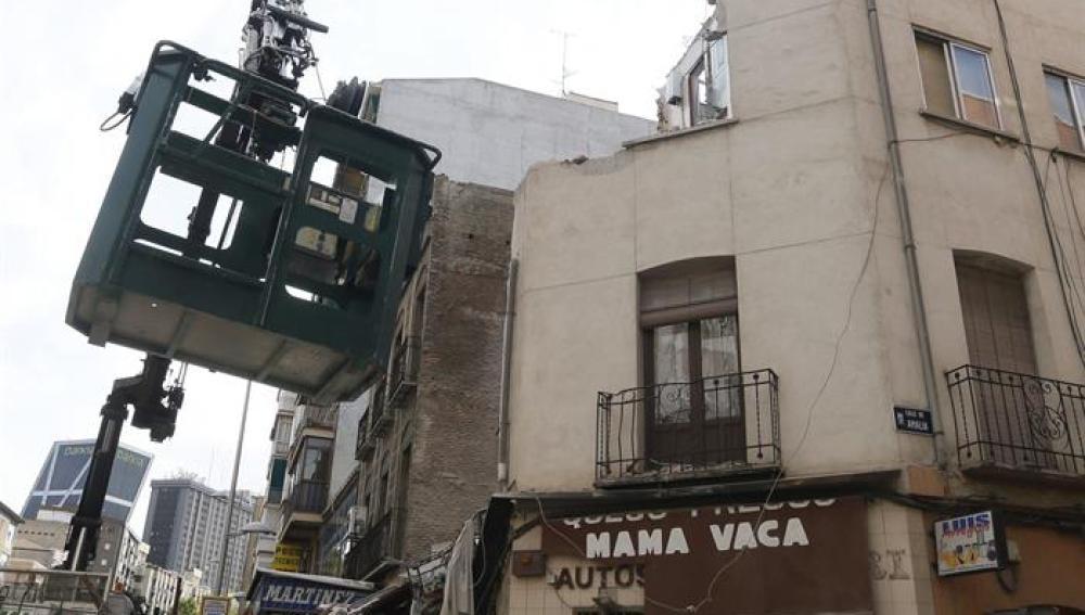 Una grúa junto al edificio semiderruido