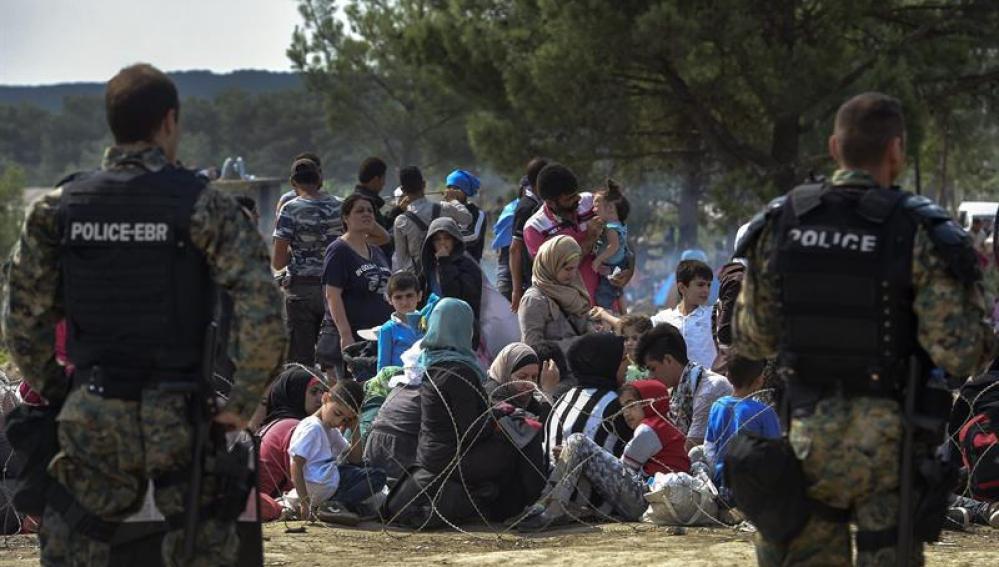 Policías hacen guardia en la frontera entre Macedonia y Grecia