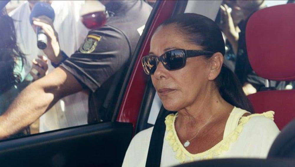 Isabel Pantoja en un vehículo