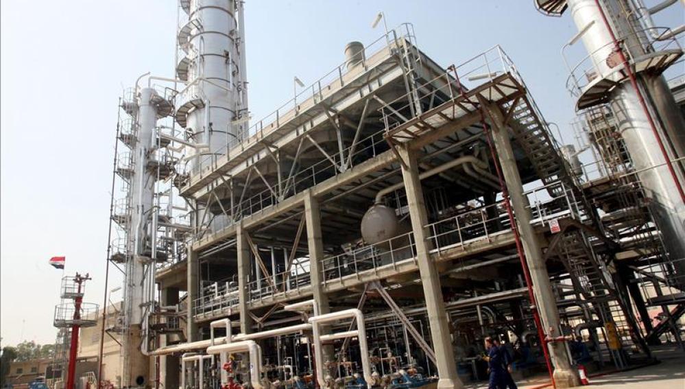 Vista de una refinería de crudo en Irak