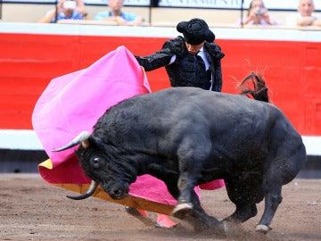 El matador José Maria Manzanares da un pase de capote con su primer toro en la Feria de Bilbao