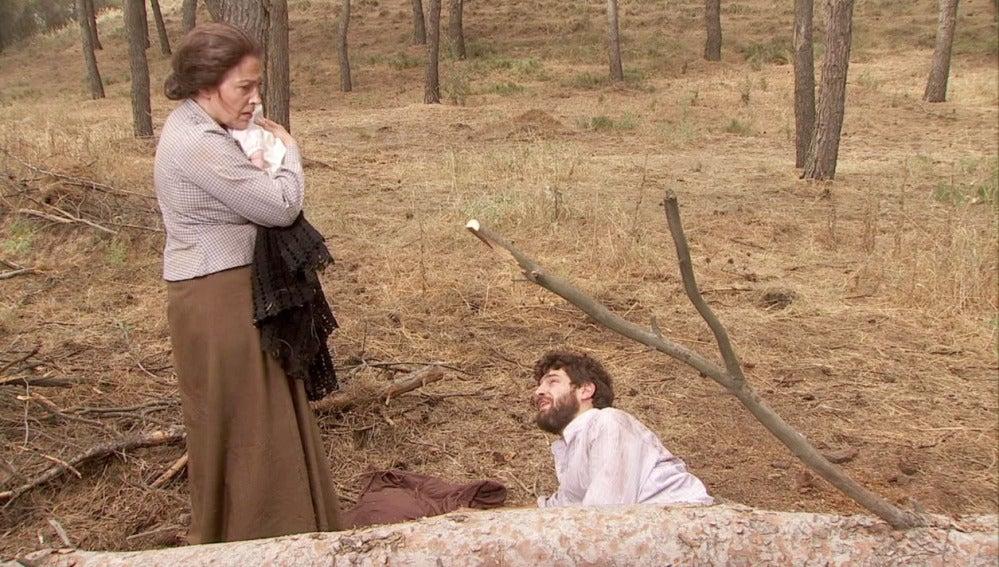 Francisca encuentra a Bosco y Beltrán en el bosque y se lleva al bebé