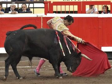 El diestro Iván Fandiño da un pase de muleta en su segundo toro